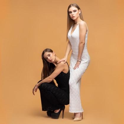 На фотографии женские вязаные платья от Shapar, бренда связанной одежды ручной работы.