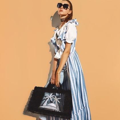 На фотографии женские вязаные сумки от Shapar, бренда связанной одежды ручной работы.