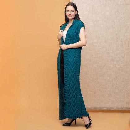 На фотографии женские вязаные жилеты от Shapar, бренда связанной одежды ручной работы.