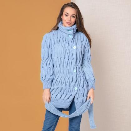На фотографии женские вязаные пальто от Shapar, бренда связанной одежды ручной работы.