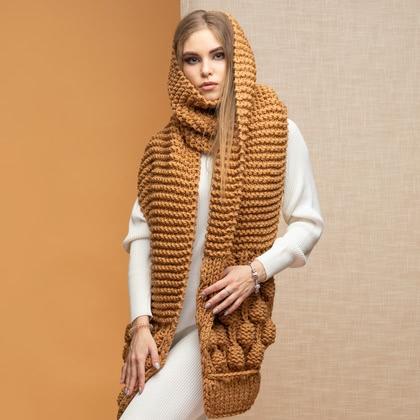 На фотографии женские вязаные шарфы от Shapar, бренда связанной одежды ручной работы.