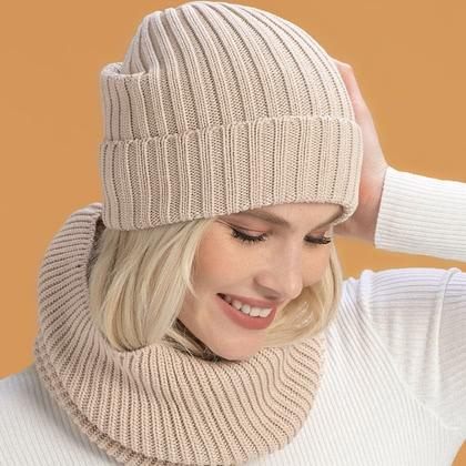 На фотографии женские вязаные шапки от Shapar, бренда связанной одежды ручной работы.