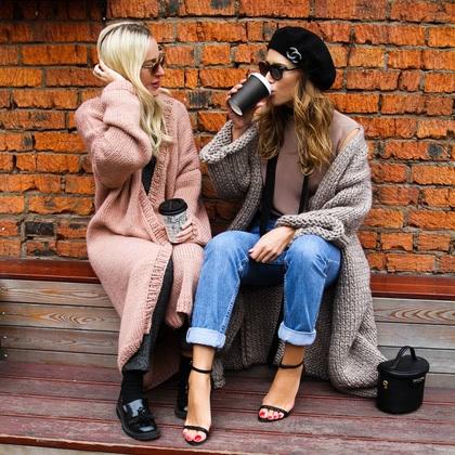 На фотографии женская вязаная одежда от Shapar, бренда связанных вещей ручной работы.
