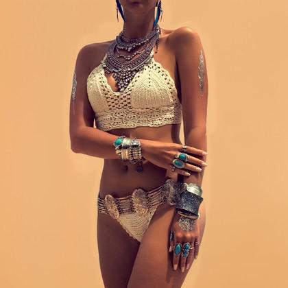 На фотографии женские вязаные купальники от Shapar, бренда связанной одежды ручной работы.