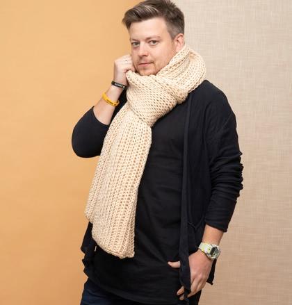 На фотографии мужские вязаные шарфы от Shapar, бренда связанной одежды ручной работы.