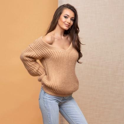 На фотографии женские вязаные свитера от Shapar, бренда связанной одежды ручной работы.