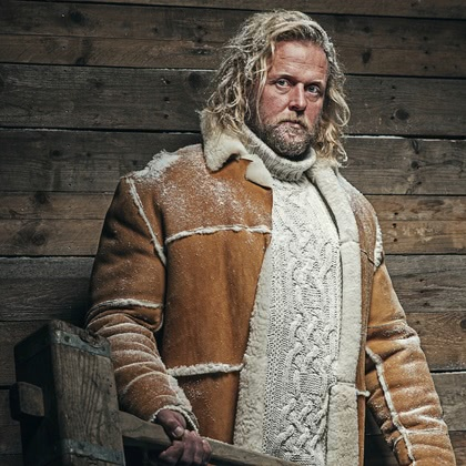 На фотографии мужская вязаная одежда от Shapar, бренда связанных вещей ручной работы.