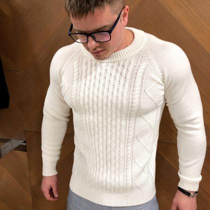 На фотографии мужские вязаные свитера от Shapar, бренда связанной одежды ручной работы.