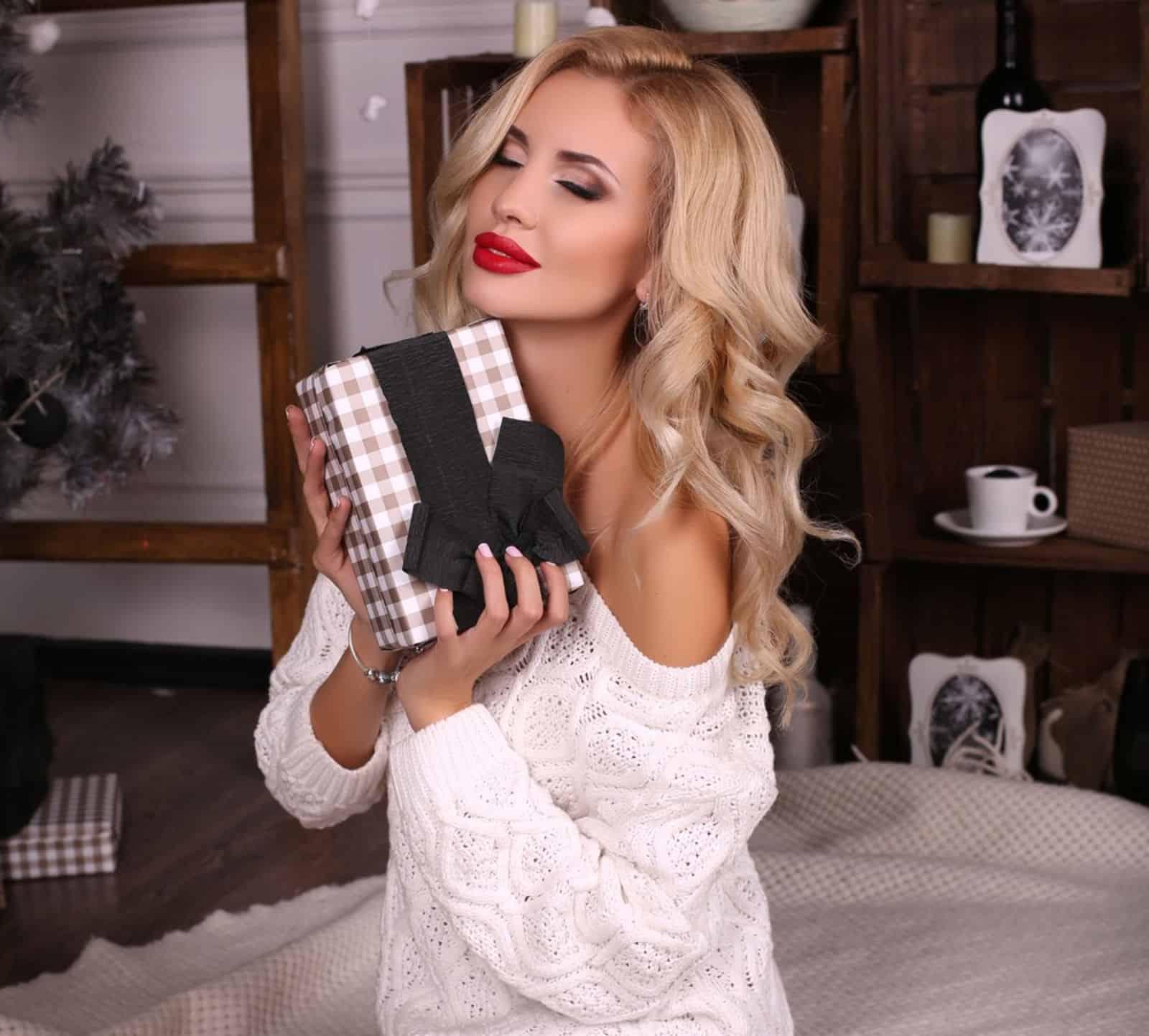 На третьей фотографии ажурный свитер для романтичных девушек и женщин от Shapar, бренда вязаной одежды ручной работы в интернет-магазине связанных спицами вещей.