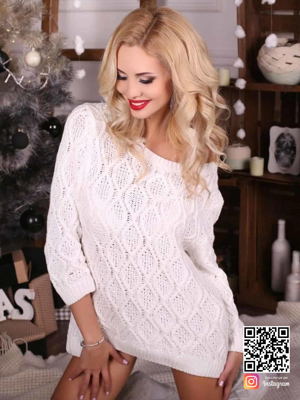 На фотографии женский ажурный белый свитер от Shapar, бренда вязаной одежды ручной работы в интернет-магазине связанных спицами вещей.