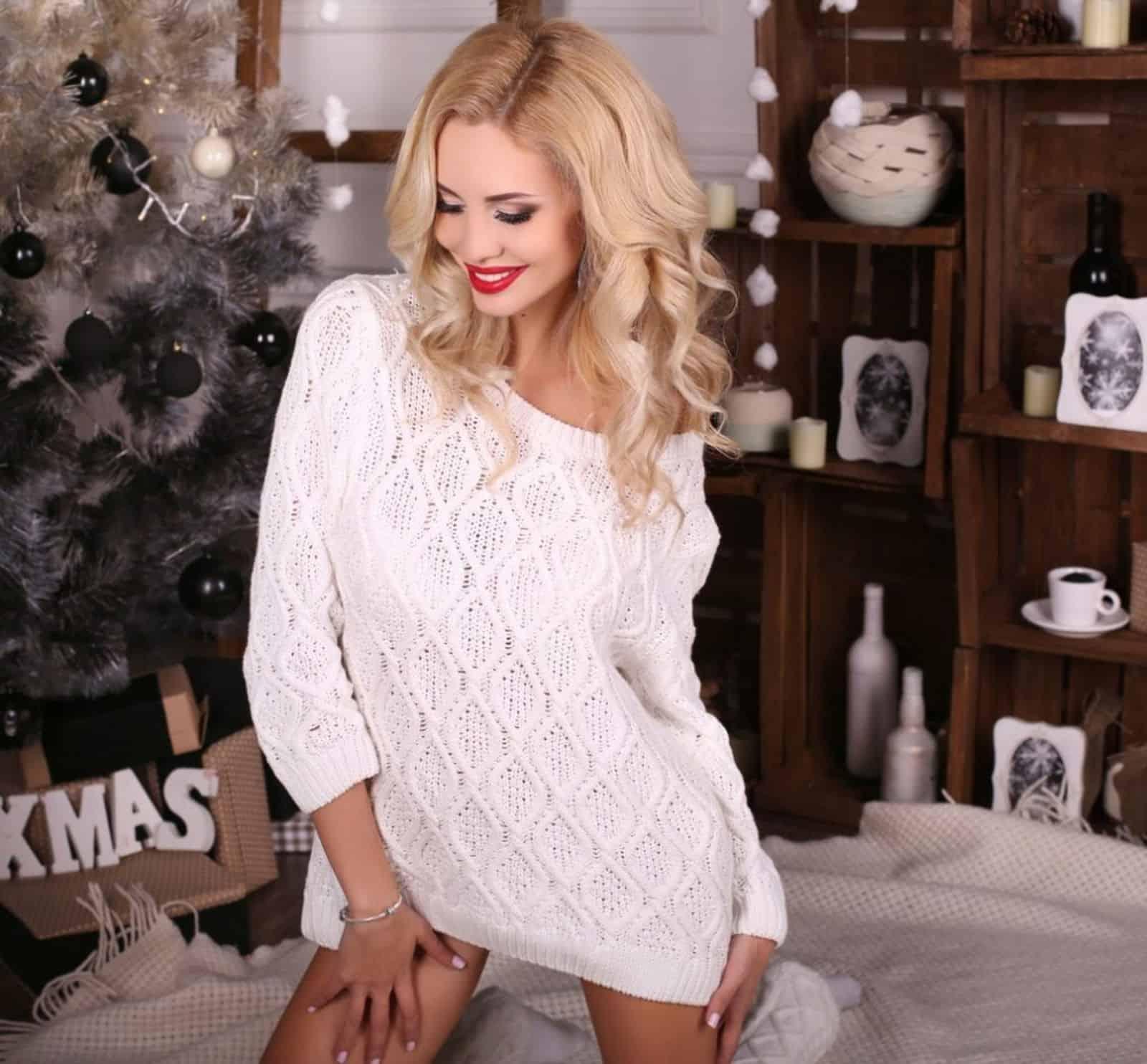 На фотографии женский ажурный свитер от Shapar, бренда вязаной одежды ручной работы в интернет-магазине связанных спицами вещей.