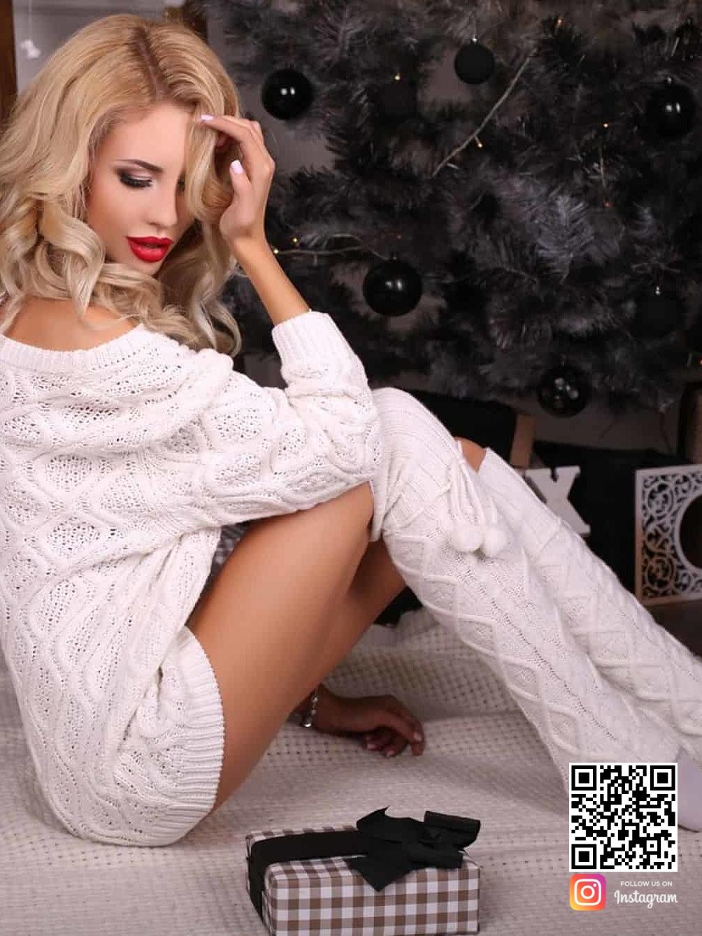 На второй фотографии женский ажурный свитер белого цвета от Shapar, бренда вязаной одежды ручной работы в интернет-магазине связанных спицами вещей.