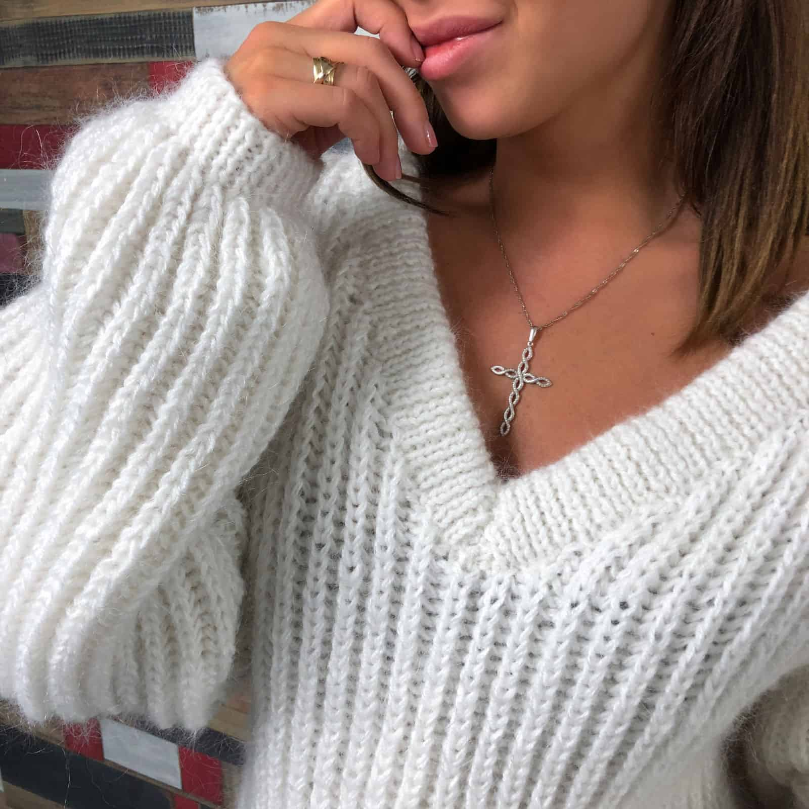 На третьей фотографии белый вязаный свитер для девушек от Shapar, бренда одежды ручной работы в интернет-магазине связанных спицами вещей.