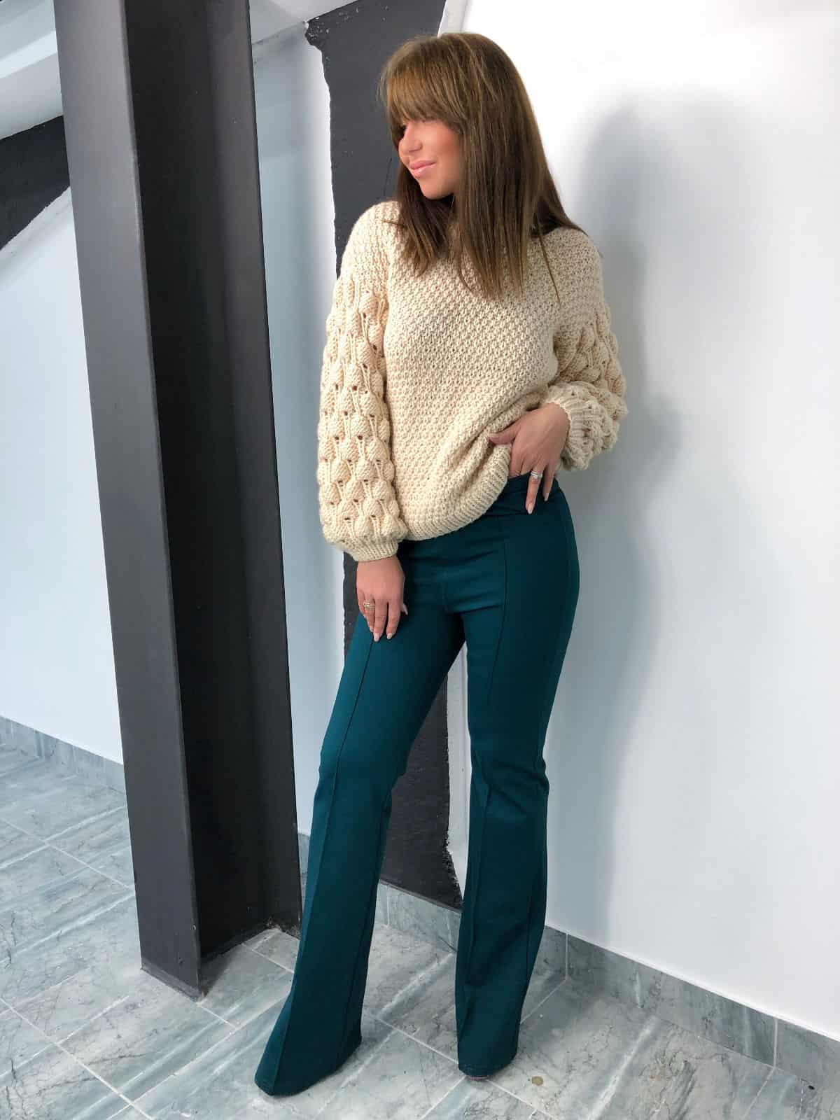 На третьей фотографии женский бежевый свитер с объемными рукавами от Shapar, бренда вязаной одежды ручной работы в интернет-магазине связанных спицами вещей.