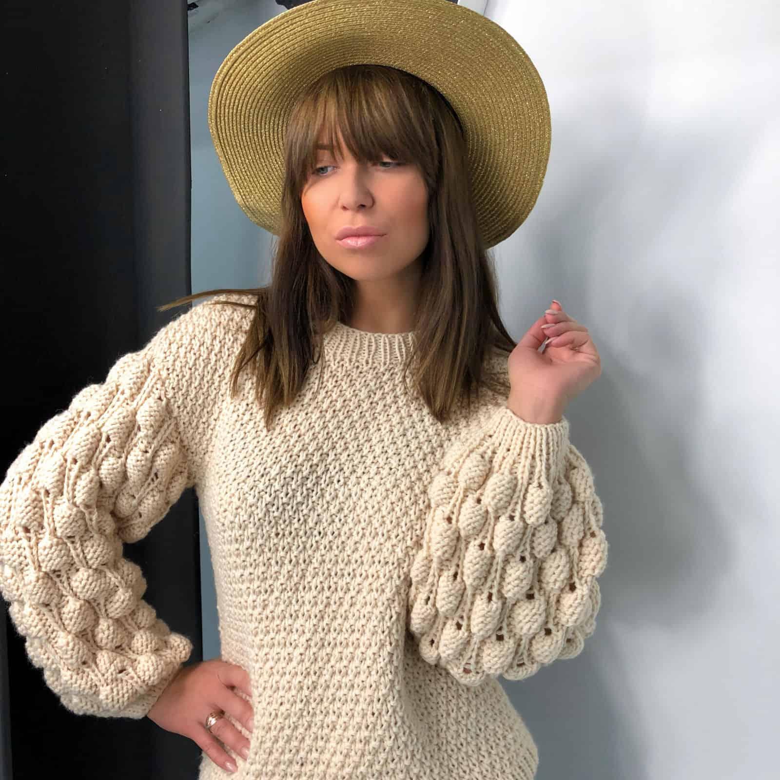 На пятой фотографии модный бежевый свитер от Shapar, бренда женской вязаной одежды ручной работы в интернет-магазине связанных спицами вещей.