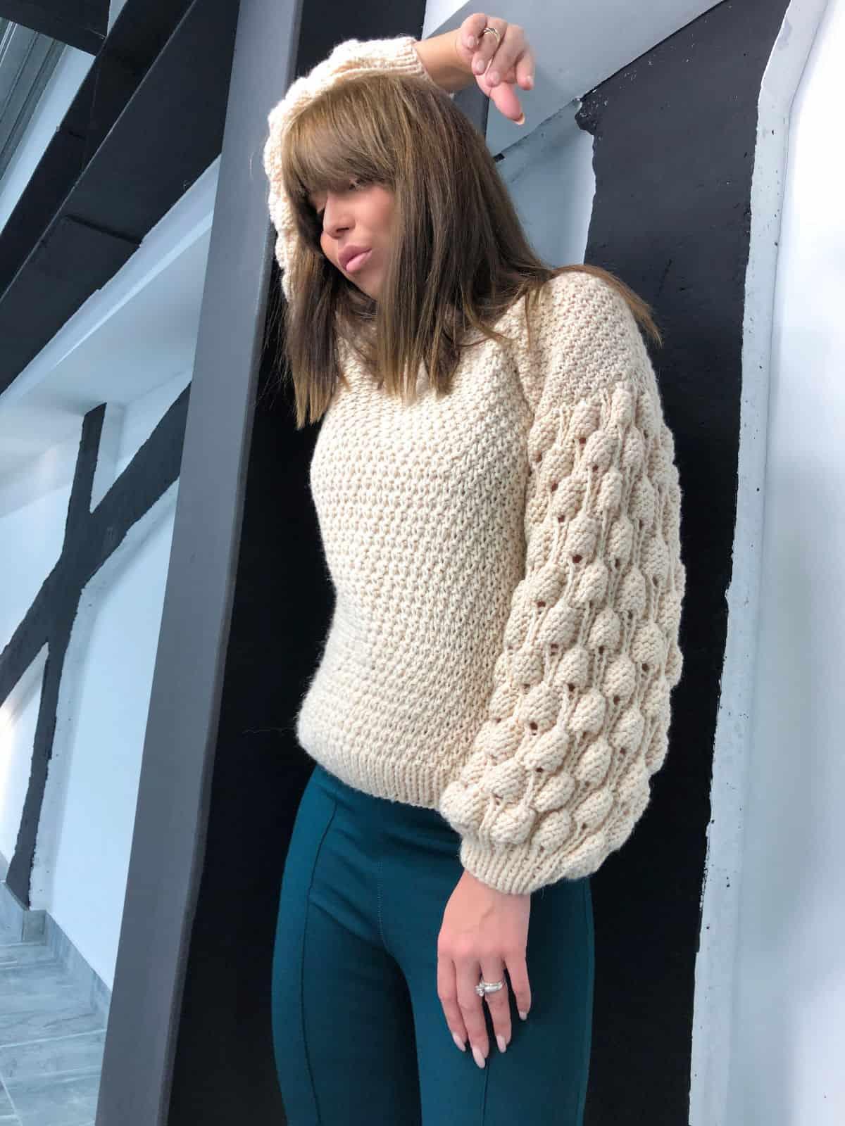На фотографии женский бежевый свитер от Shapar, бренда вязаной одежды ручной работы в интернет-магазине связанных спицами вещей.