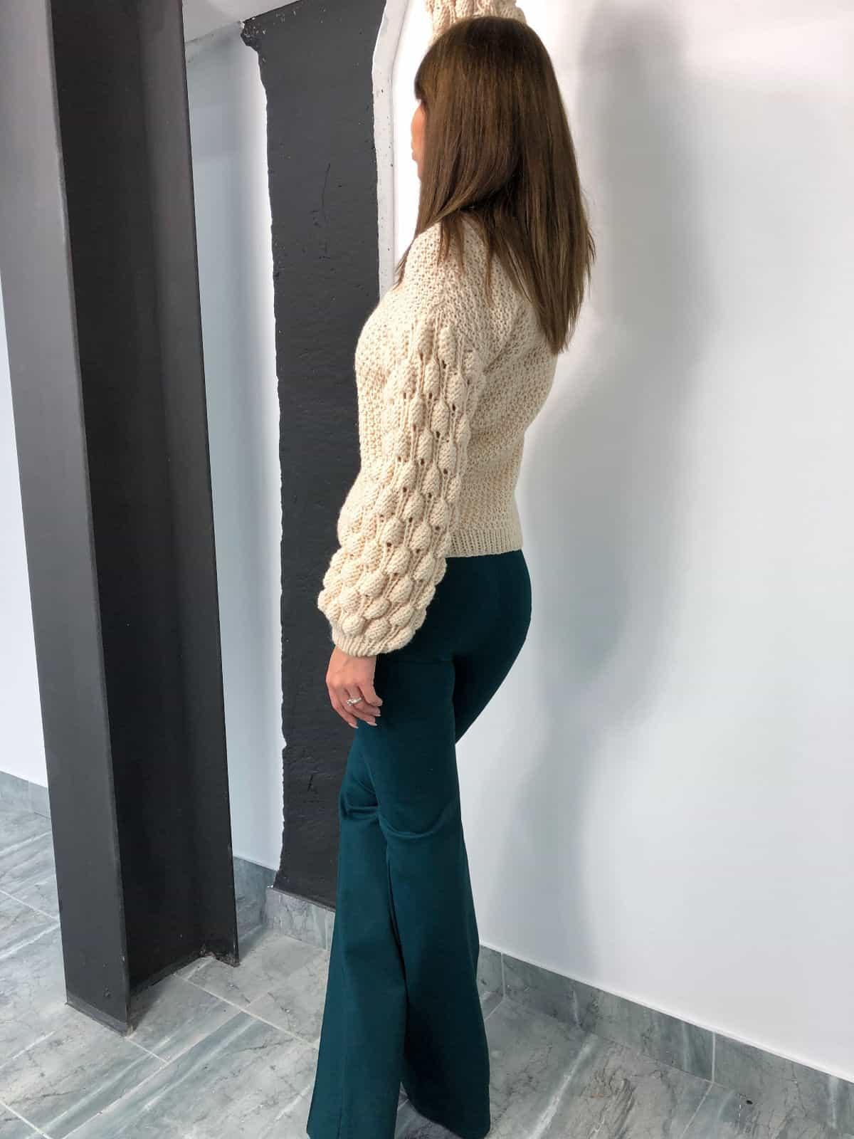 На шестой фотографии стильный бежевый свитер от Shapar, бренда вязаной одежды ручной работы в интернет-магазине связанных спицами вещей.
