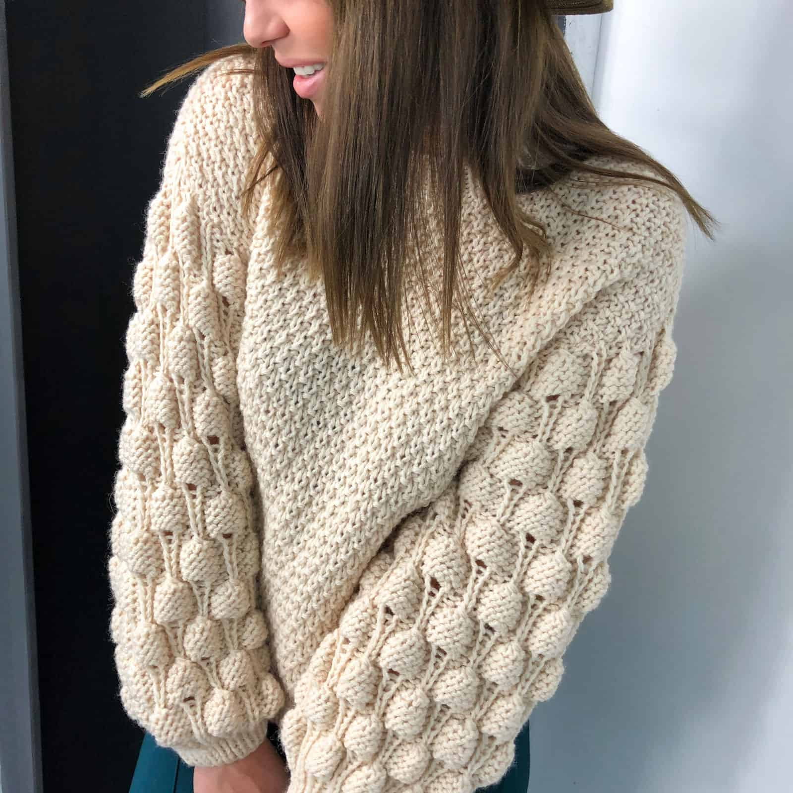 На четвертой фотографии бежевый свитер для девушек от Shapar, бренда вязаной одежды ручной работы в интернет-магазине связанных спицами вещей.