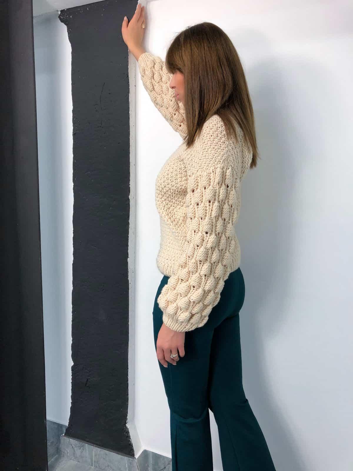 На второй фотографии женский бежевый свитер с малинками на рукавах от Shapar, бренда вязаной одежды ручной работы в интернет-магазине связанных спицами вещей.
