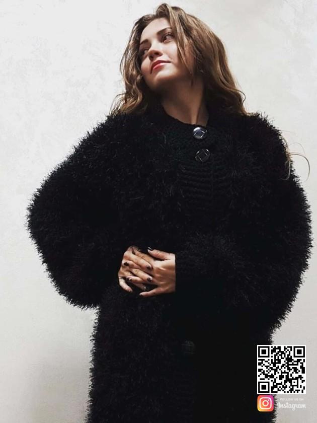 На фотографии черная шуба вязаная от Shapar, бренда женской одежды ручной работы в интернет-магазине связанных спицами вещей.