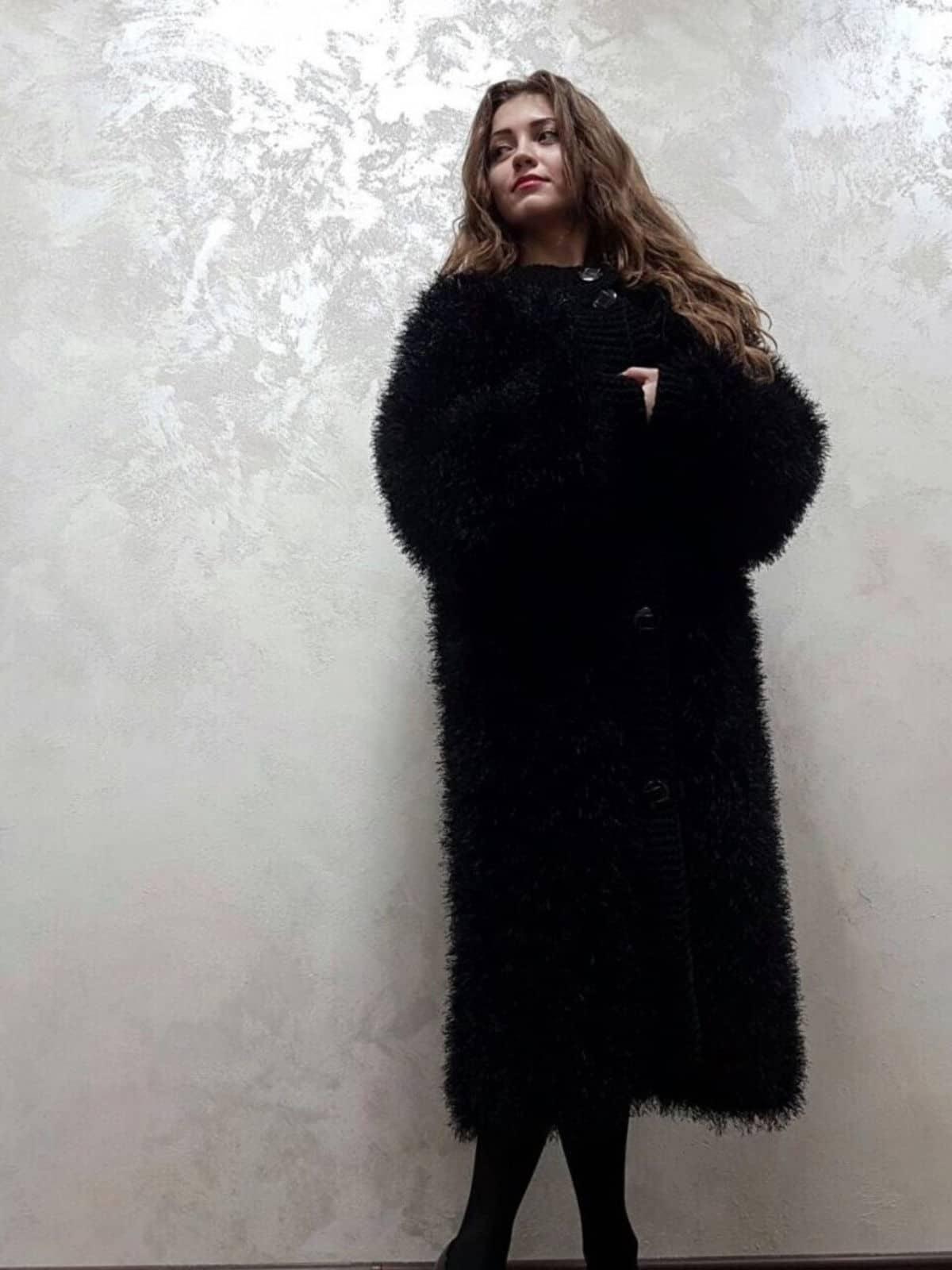 На второй фотографии длинная черная шуба вязаная в технике травка от Shapar, бренда женской одежды ручной работы в интернет-магазине связанных спицами вещей.