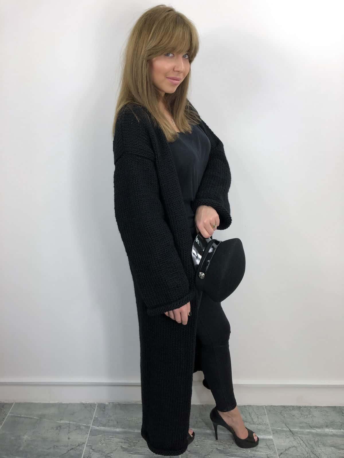 На пятой фотографии черный вязаный кардиган для модных девушек от Shapar, бренда одежды ручной работы в интернет-магазине связанных спицами вещей.