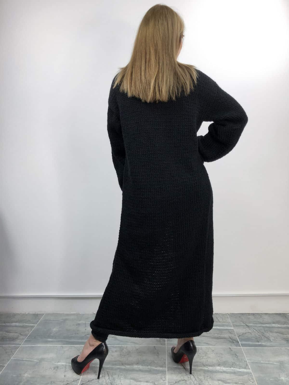 На второй фотографии черный вязаный кардиган со спины от Shapar, бренда женской одежды ручной работы в интернет-магазине связанных спицами вещей.