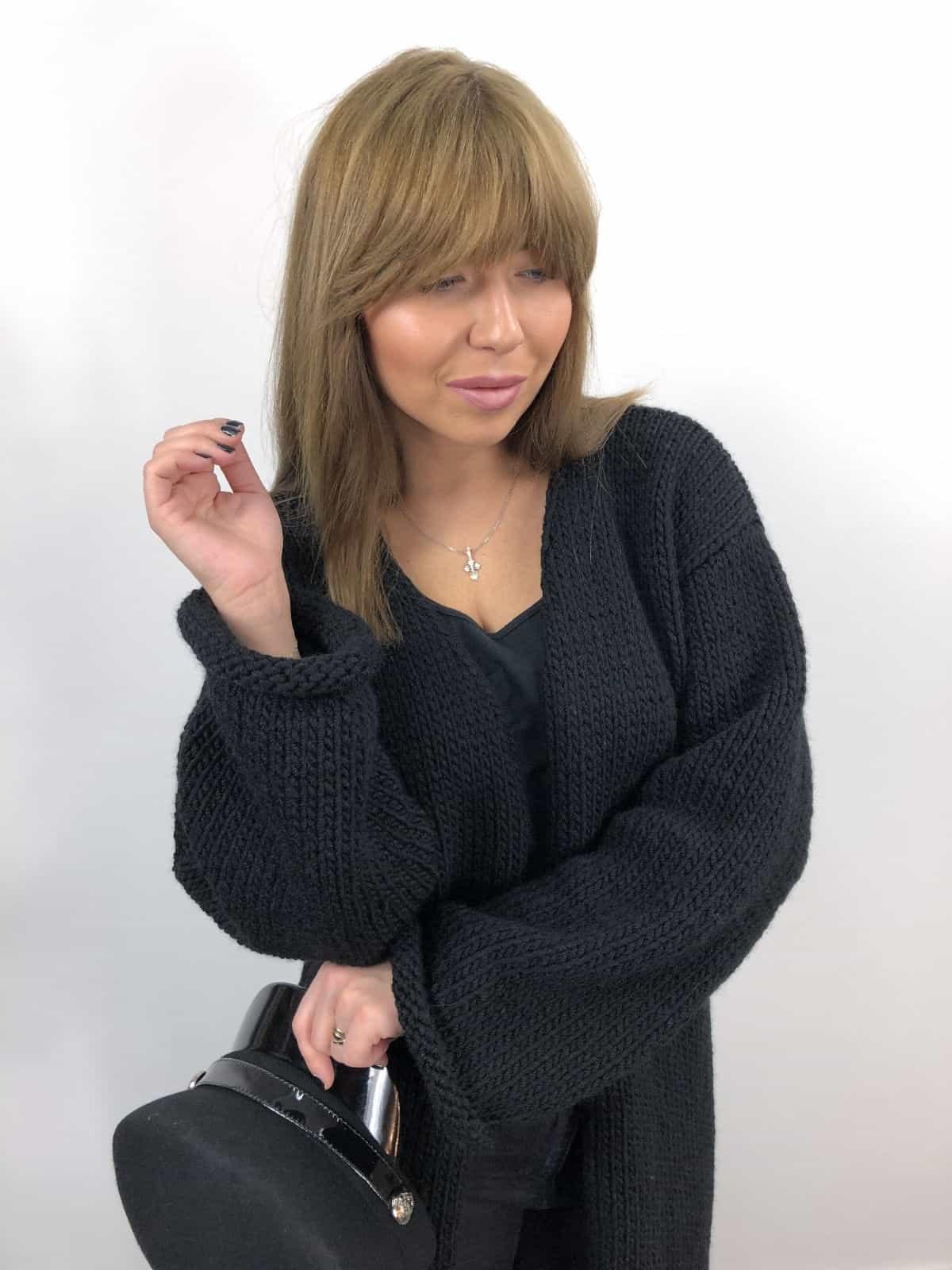 На третьей фотографии черный вязаный кардиган из альпаки от Shapar, бренда женской одежды ручной работы в интернет-магазине связанных спицами вещей.
