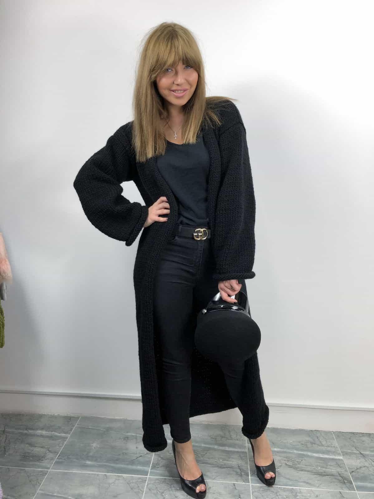 На фотографии черный вязаный кардиган от Shapar, бренда женской одежды ручной работы в интернет-магазине связанных спицами вещей.