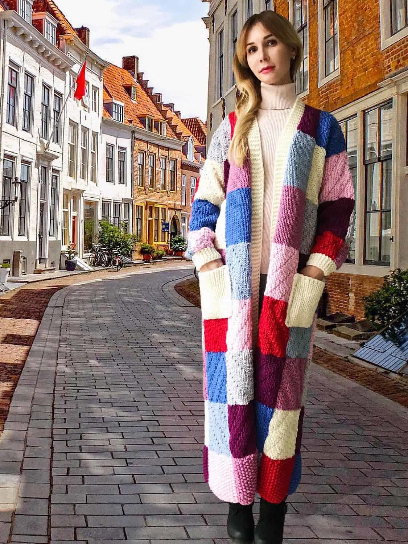 На четвертой фотографии цветной кардиган разнофактурной вязки от Shapar, бренда женской одежды ручной работы в интернет-магазине связанных спицами вещей.