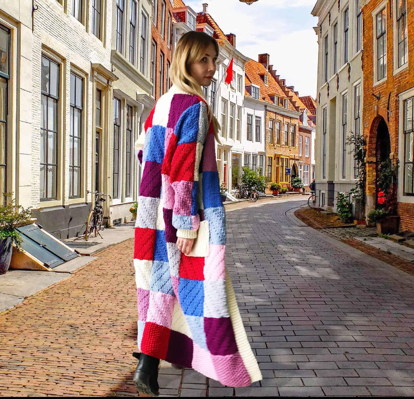 На фотографии вязаный цветной кардиган в ярких квадратах с карманами от Shapar, бренда женской одежды ручной работы в интернет-магазине связанных спицами вещей.