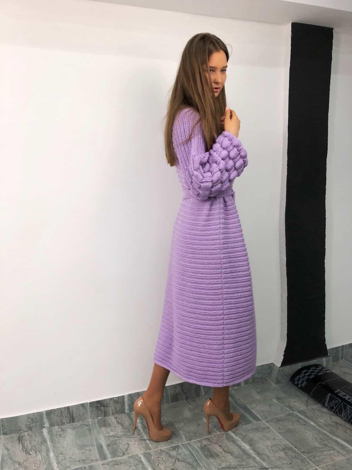 На второй фотографии длинный кардиган женский бледно-сиреневого цвета от Shapar, бренда вязаной одежды ручной работы в интернет-магазине связанных спицами вещей.