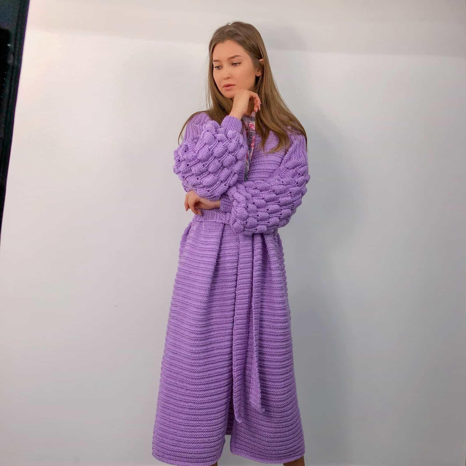 На четвертой фотографии длинный кардиган женский с поясом от Shapar, бренда вязаной одежды ручной работы в интернет-магазине связанных спицами вещей.