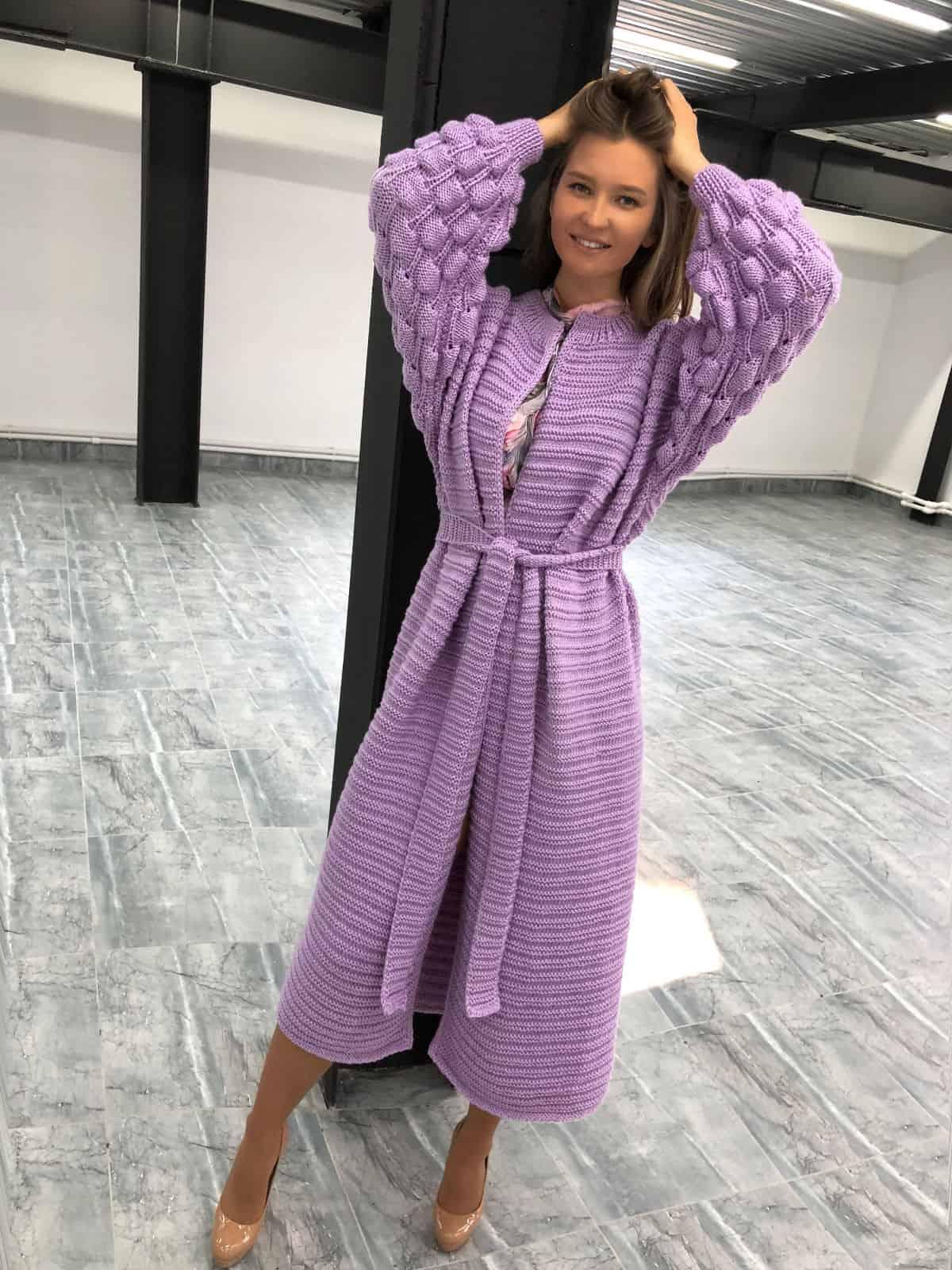 На пятой фотографии длинный кардиган женский от модного дома Shapar, бренда вязаной одежды ручной работы в интернет-магазине связанных спицами вещей.