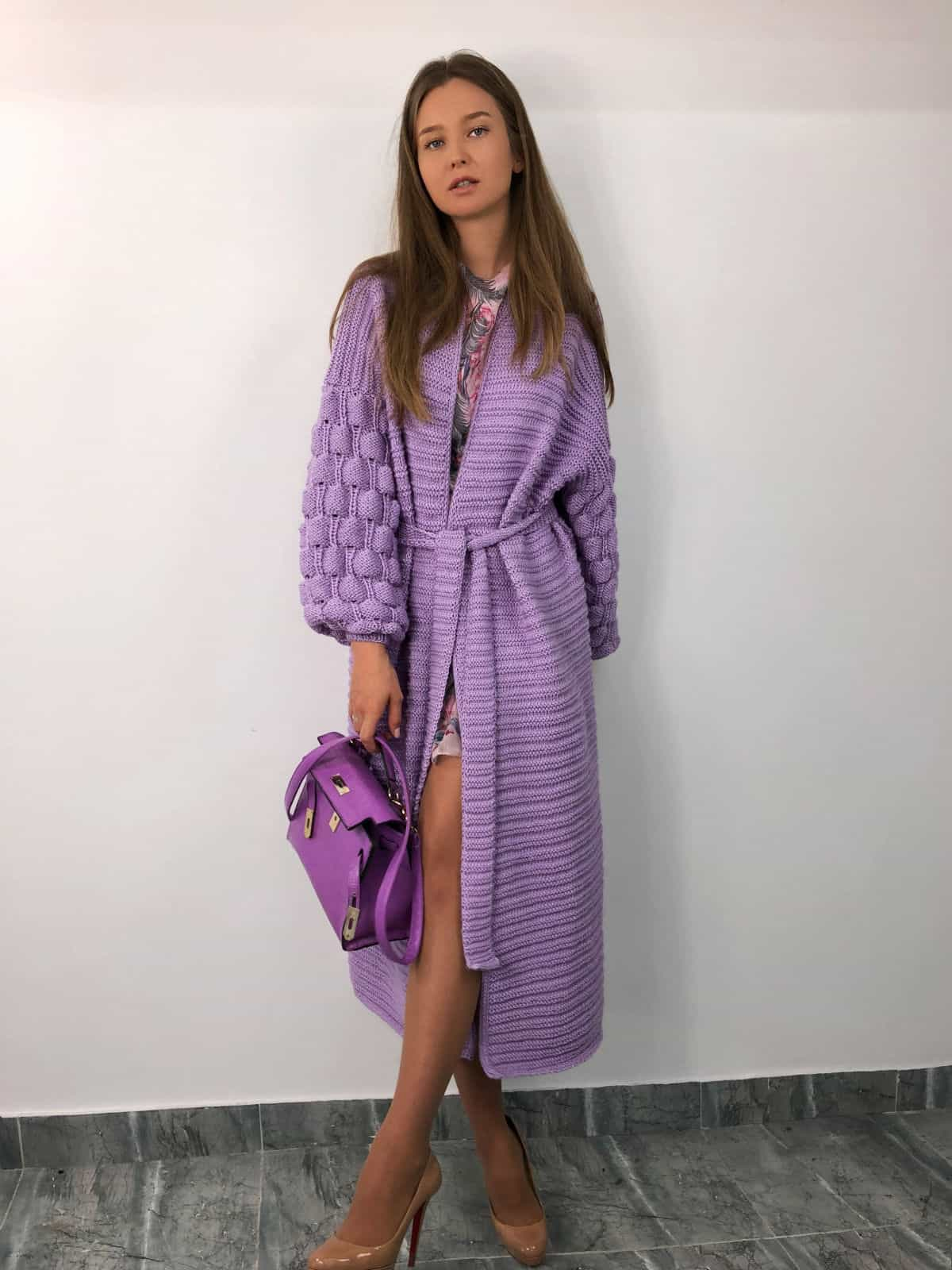 На фотографии длинный кардиган женский от Shapar, бренда вязаной одежды ручной работы в интернет-магазине связанных спицами вещей.