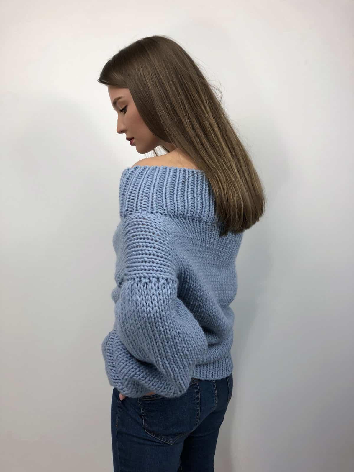 На второй фотографии женский голубой свитер со спиныот Shapar, бренда вязаной одежды ручной работы в интернет-магазине связанных спицами вещей.