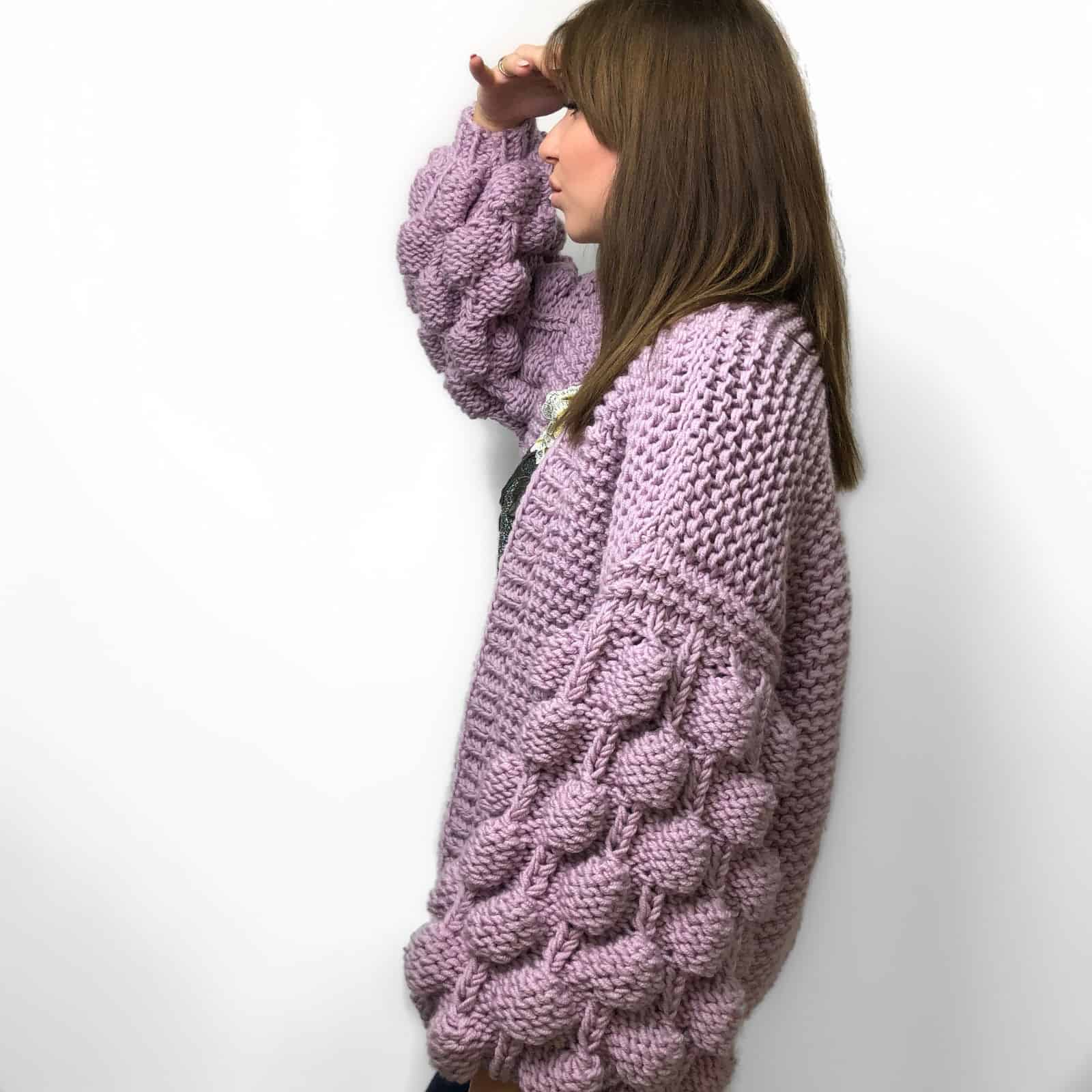 На шестой фотографии женский фиолетовый кардиган для путешествий от Shapar, бренда вязаной одежды ручной работы в интернет-магазине связанных спицами вещей.