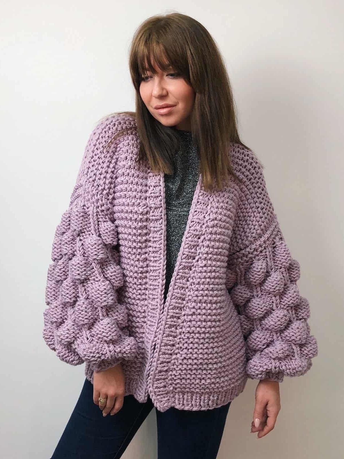 На второй фотографии женский фиолетовый кардиган с объемными рукавами от Shapar, бренда вязаной одежды ручной работы в интернет-магазине связанных спицами вещей.