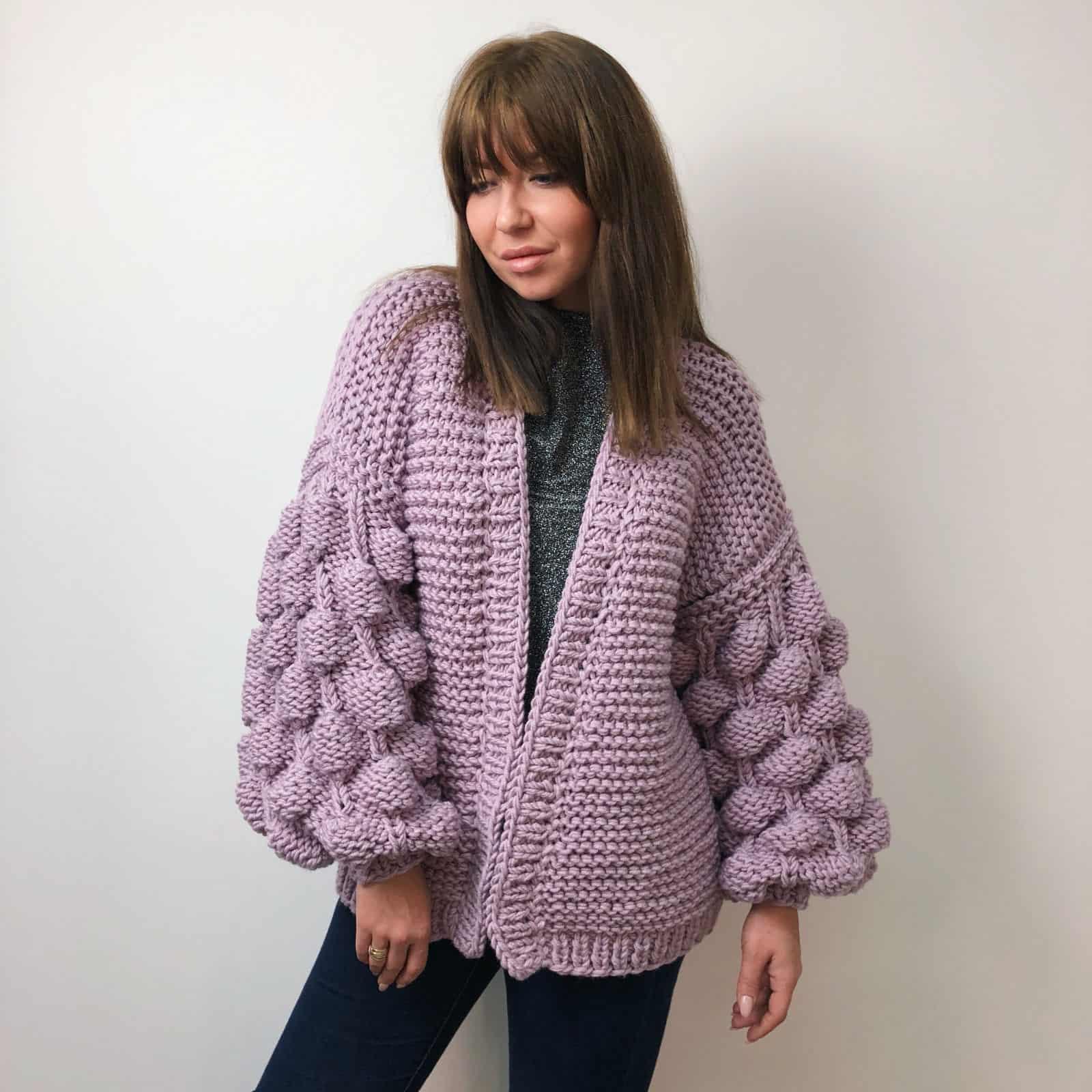 На фотографии женский фиолетовый кардиган от SHAPAR, бренда вязаной одежды ручной работы в интернет-магазине связанных спицами вещей.