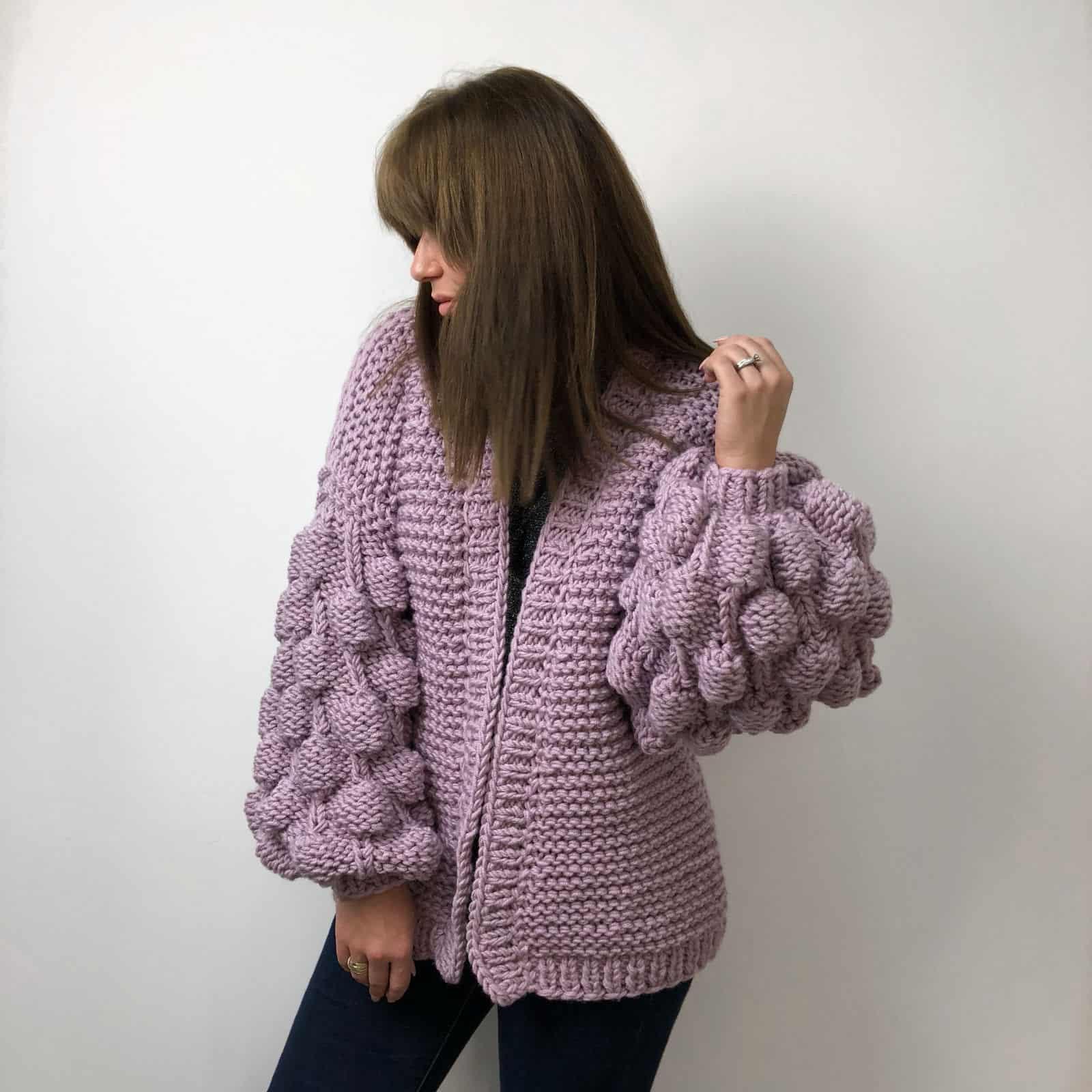 На пятой фотографии женский фиолетовый кардиган средней длины от Shapar, бренда вязаной одежды ручной работы в интернет-магазине связанных спицами вещей.