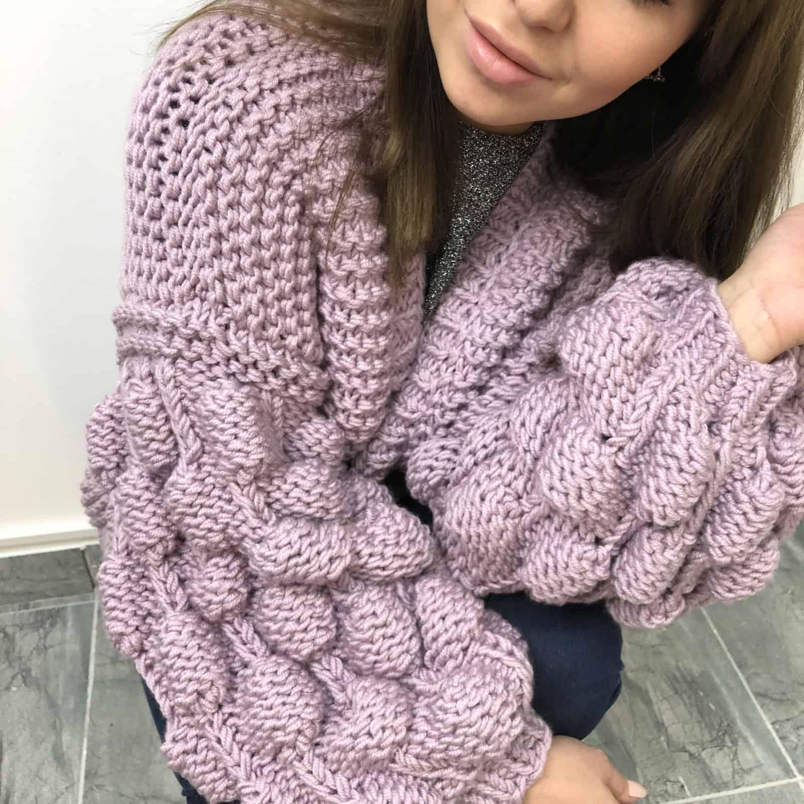 На четвертой фотографии женский фиолетовый кардиган с малинками на рукавах от Shapar, бренда вязаной одежды ручной работы в интернет-магазине связанных спицами вещей.
