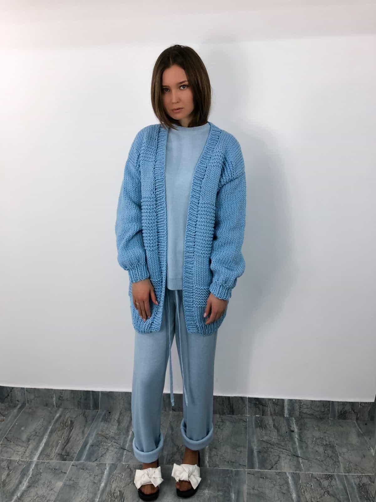 На шестой фотографии стильный кардиган для женщин от Shapar, бренда вязаной одежды ручной работы в интернет-магазине связанных спицами вещей.