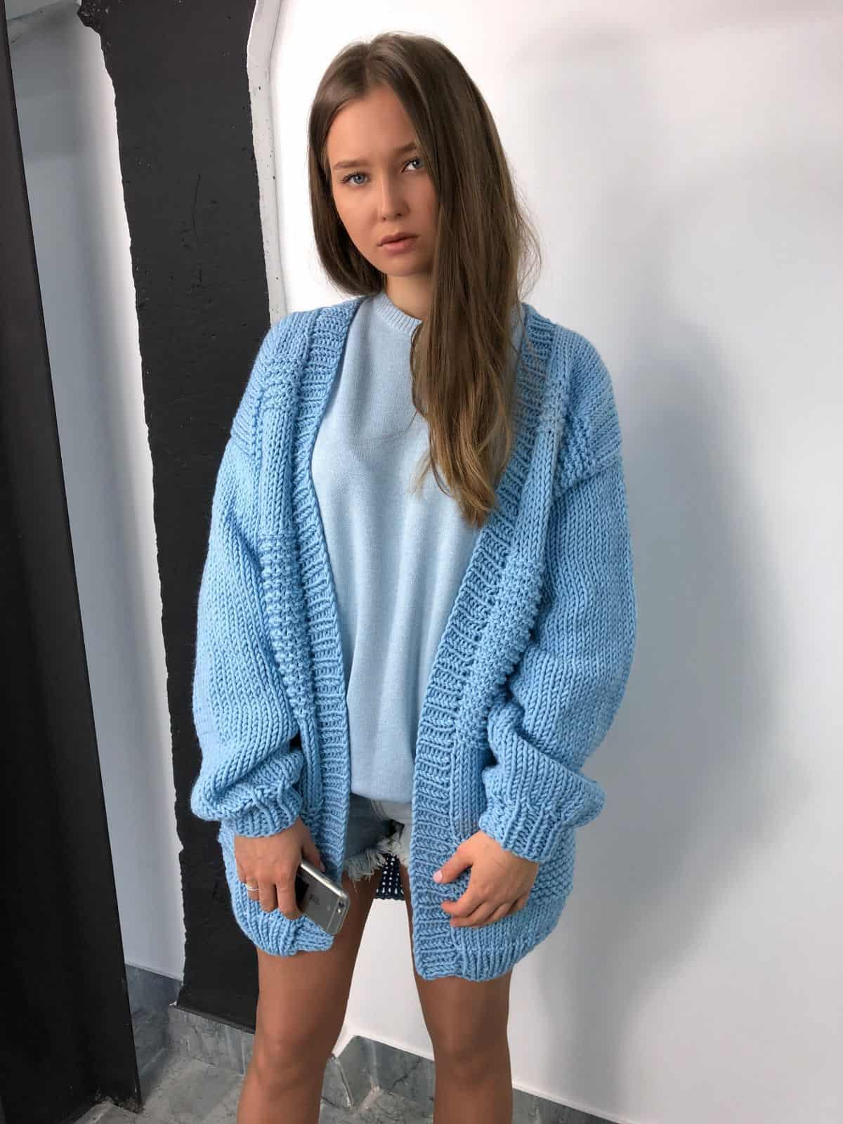 На четвертой фотографии кардиган для женщин средней длины от Shapar, бренда вязаной одежды ручной работы в интернет-магазине связанных спицами вещей.