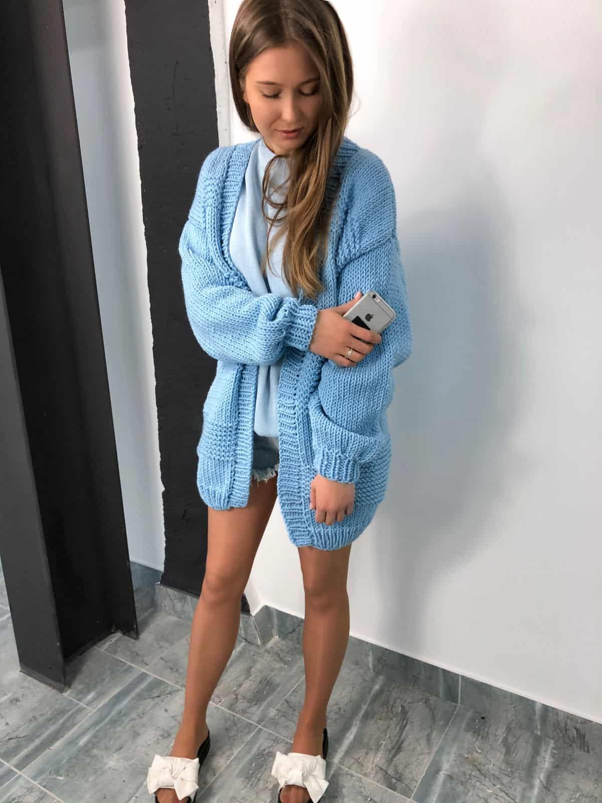 На пятой фотографии кардиган для женщин вязки разной фактуры от Shapar, бренда одежды ручной работы в интернет-магазине связанных спицами вещей.