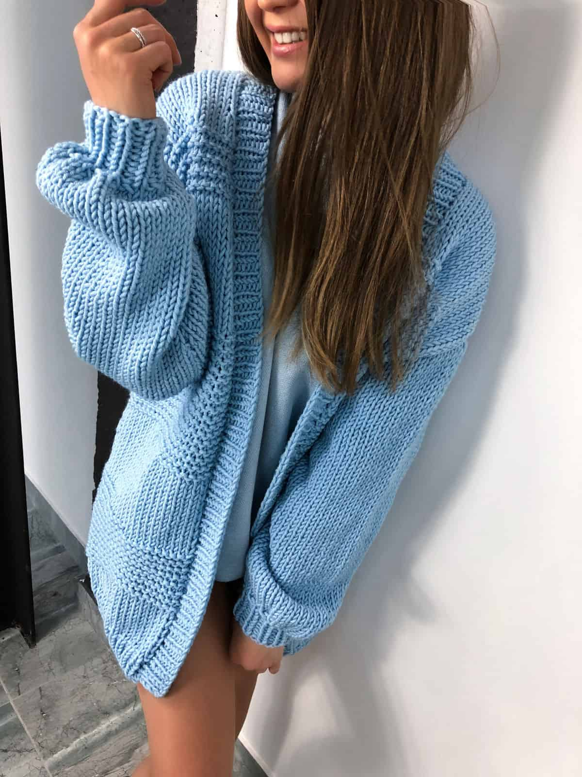 На фотографии кардиган для женщин от Shapar, бренда вязаной одежды ручной работы в интернет-магазине связанных спицами вещей.