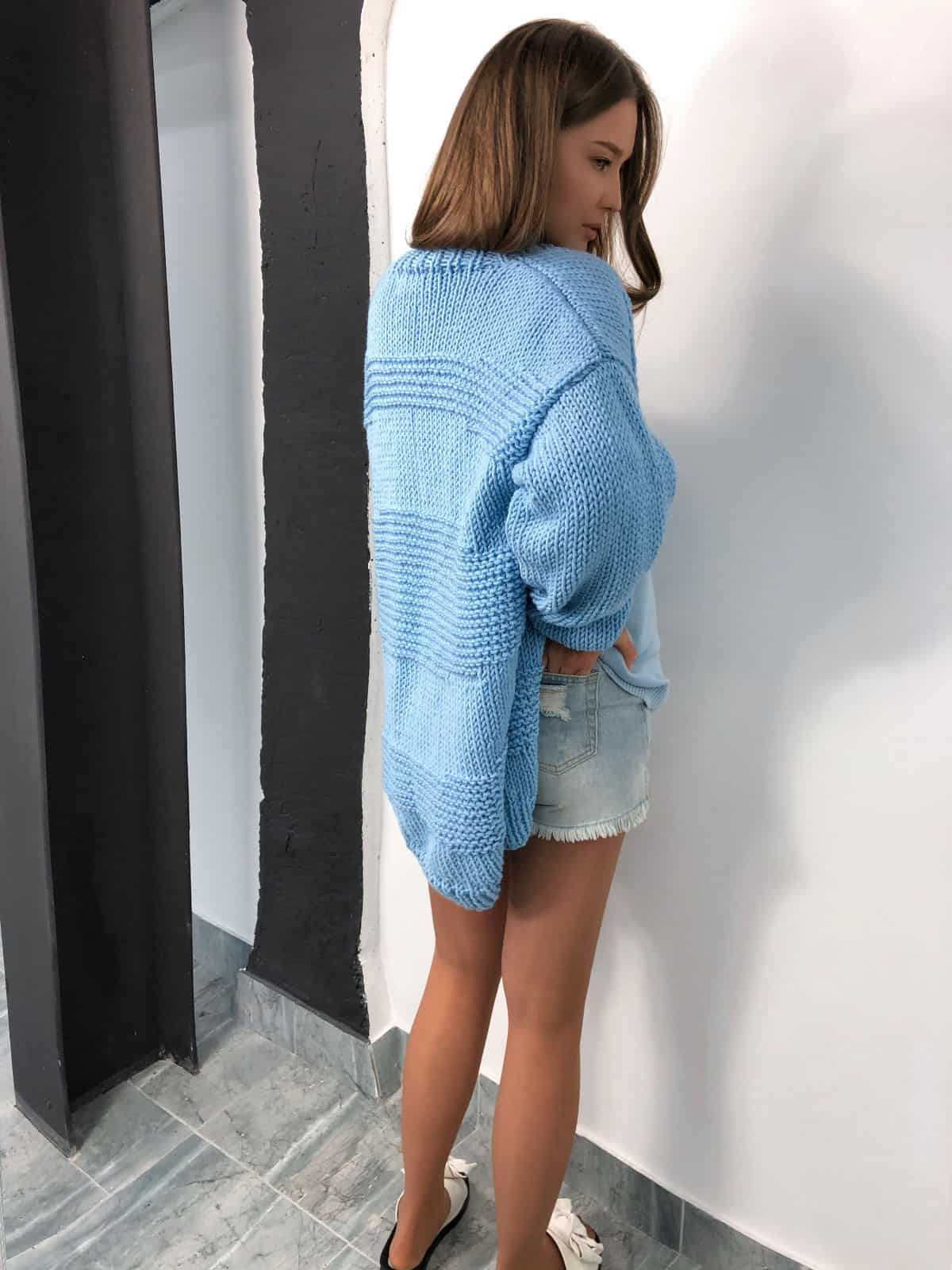 На второй фотографии кардиган для женщин со спины от Shapar, бренда вязаной одежды ручной работы в интернет-магазине связанных спицами вещей.