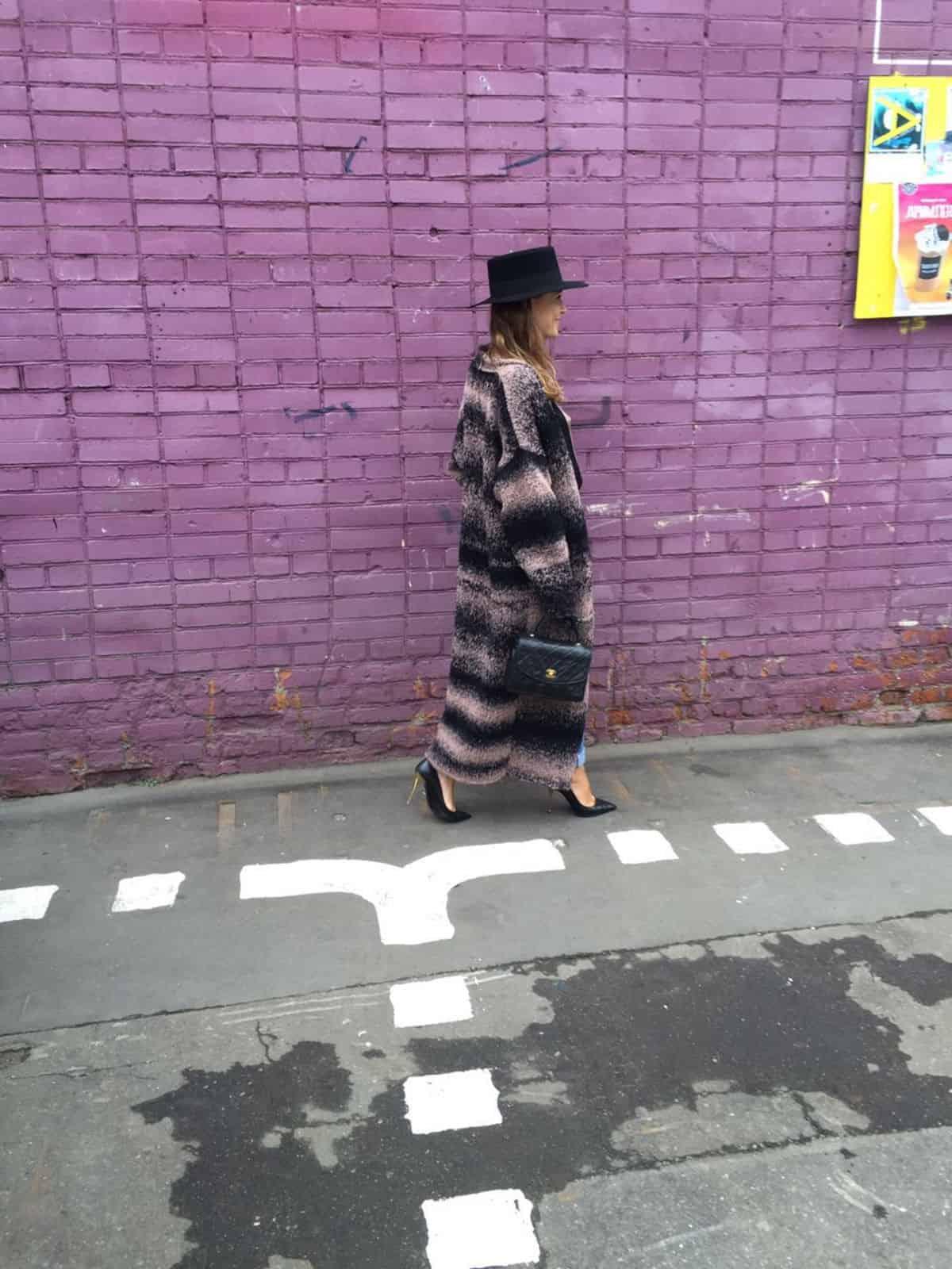 На третьей фотографии коричневый с оттенками розового кардиган градиент от Shapar, бренда вязаной одежды ручной работы в интернет-магазине связанных спицами вещей.