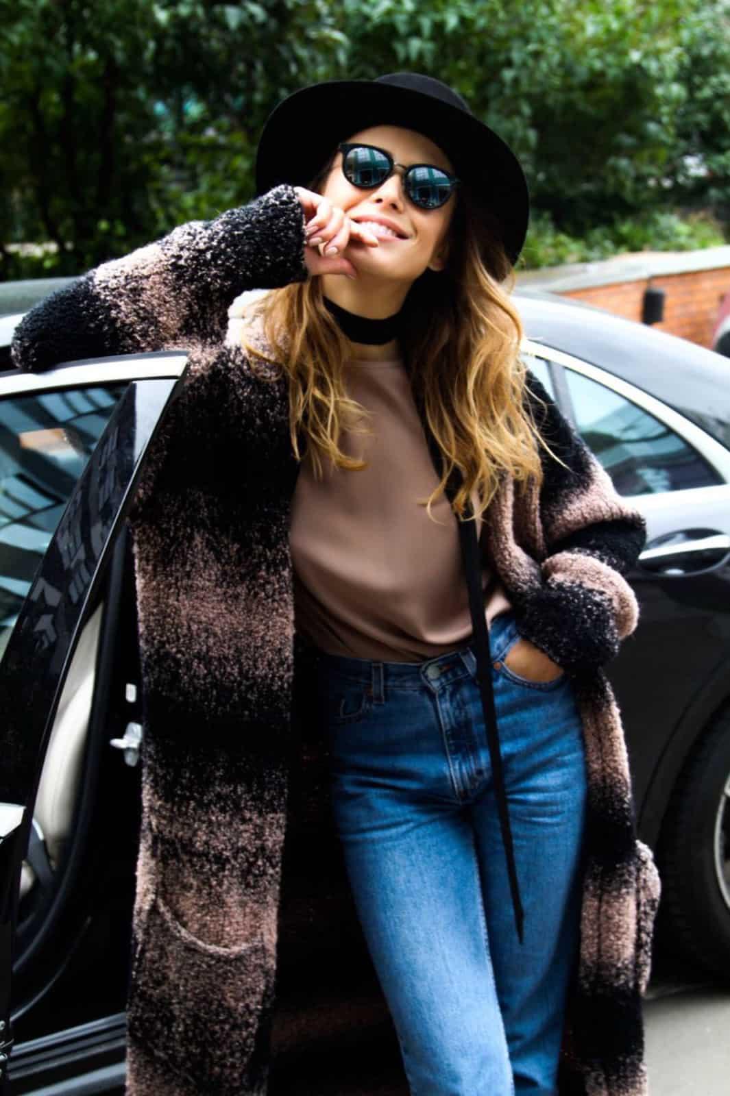 На фотографии женский кардиган градиент от Shapar, бренда вязаной одежды ручной работы в интернет-магазине связанных спицами вещей.