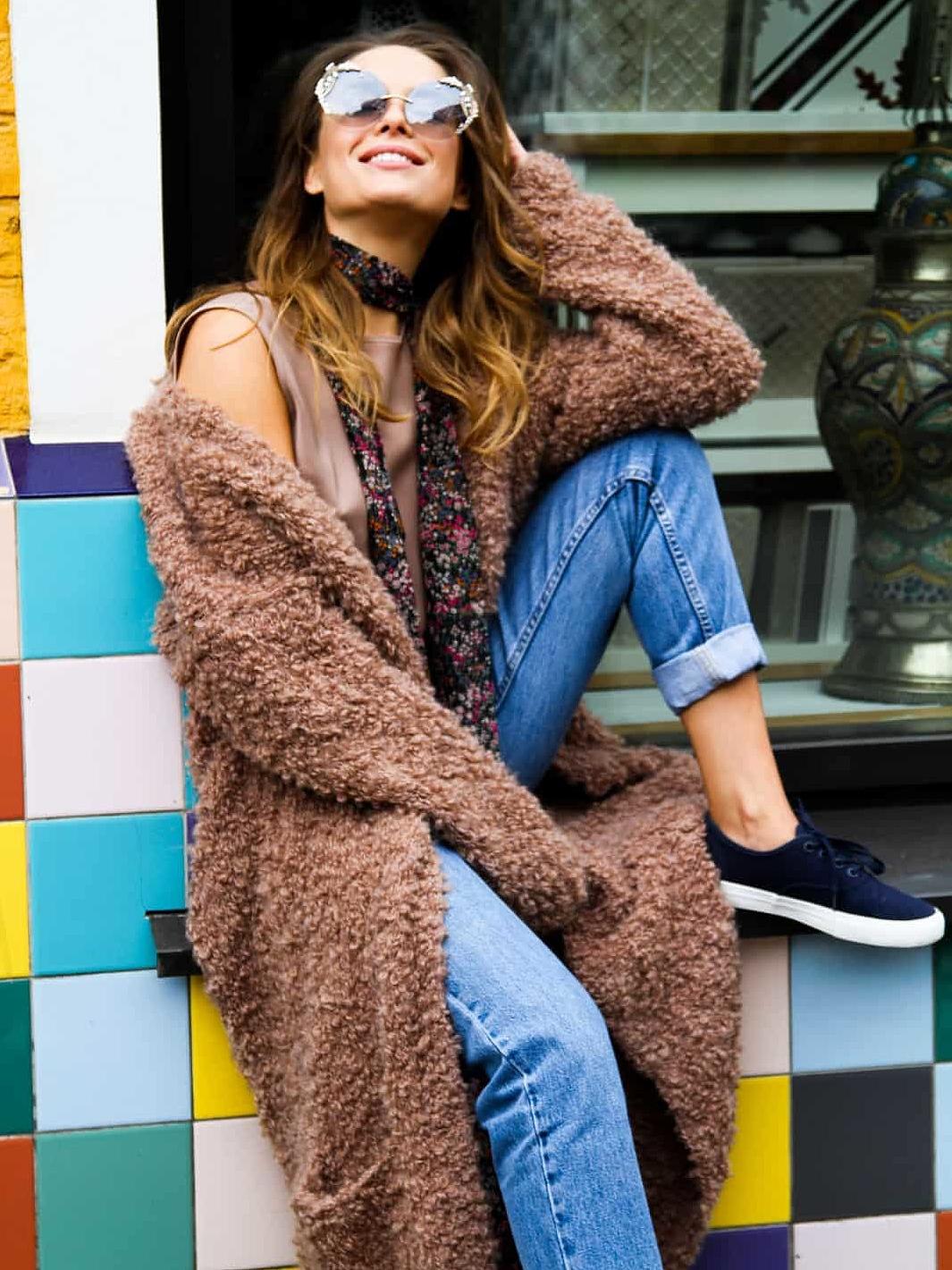 На фотографии вязаный кардиган из букле от Shapar, бренда женской одежды ручной работы в интернет-магазине связанных спицами вещей.