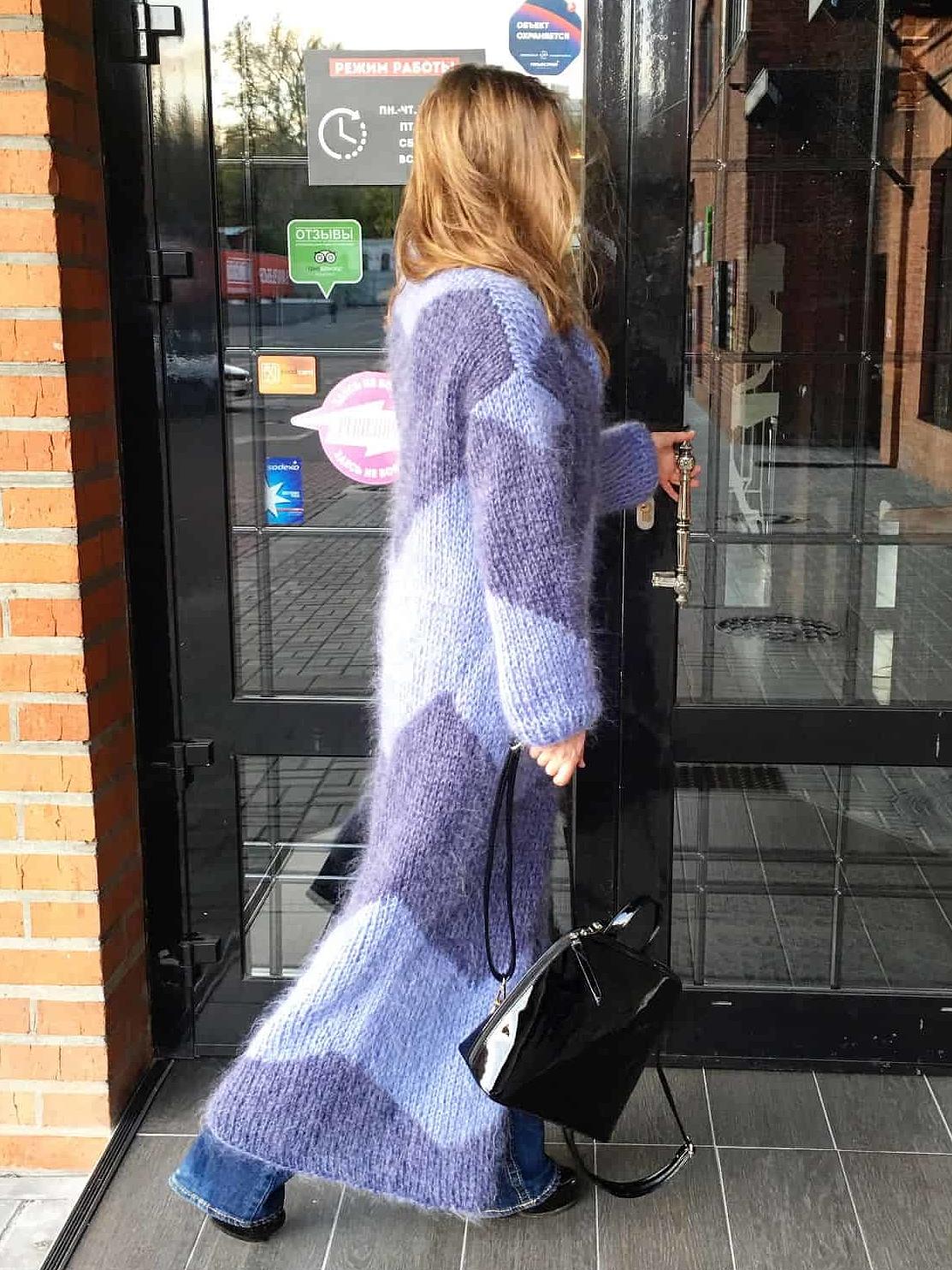 На второй фотографии пушистый кардиган из мохера голубого цвета от Shapar, бренда вязаной одежды ручной работы в магазине связанных спицами вещей.
